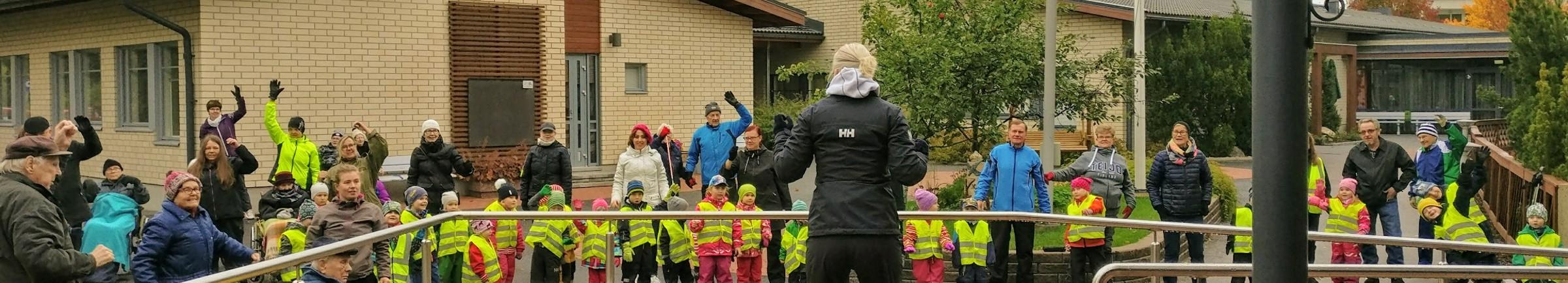 lapset ja vanhukset tanssivat yhdessä